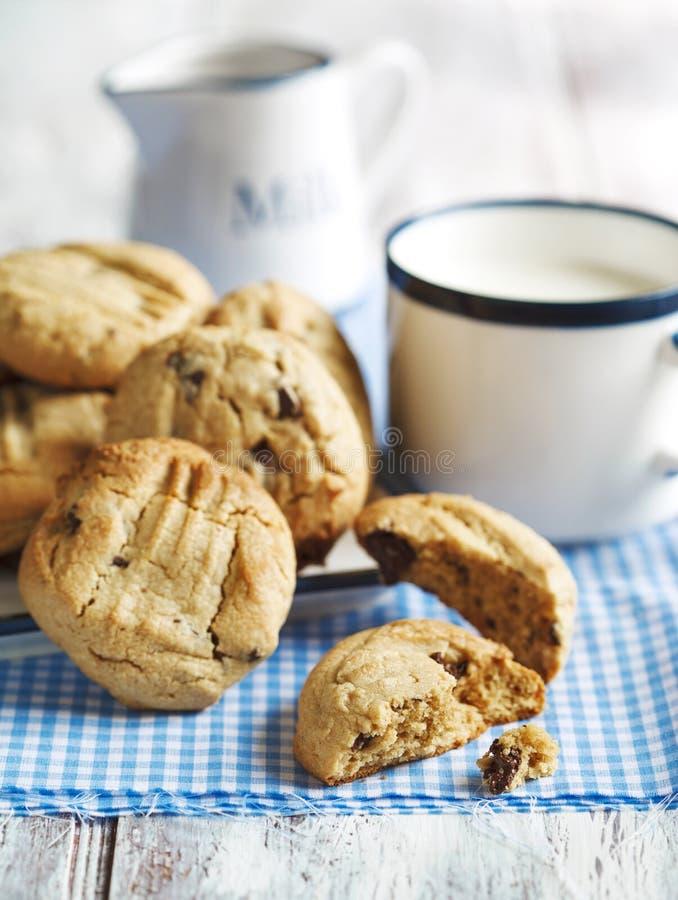 Erdnussbutterplätzchen mit Schokoladensplittern lizenzfreie stockfotos