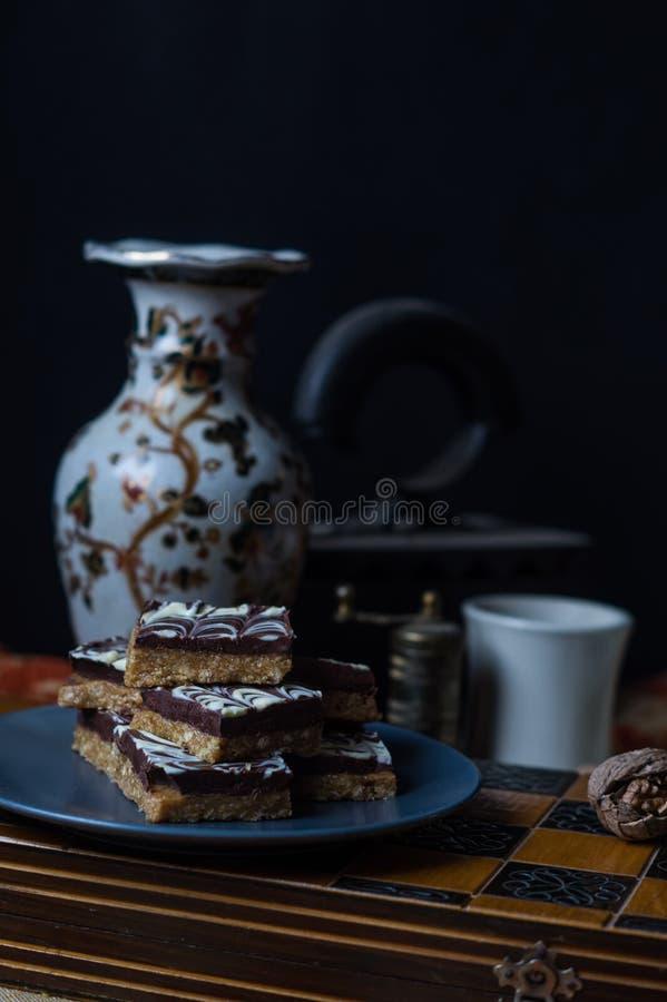 Erdnussbutterquadrate mit Schokolade stockfotos