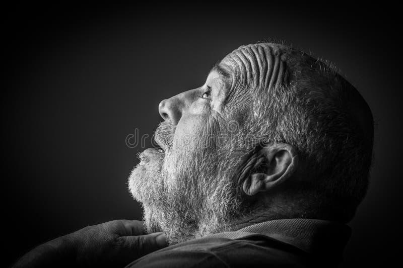 Erdrosseln des alten Mannes stockbild
