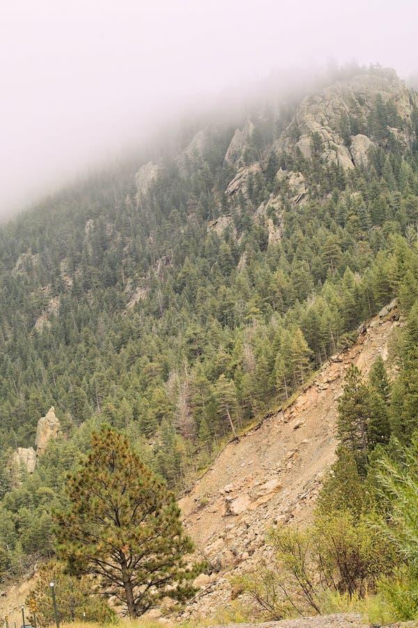 Erdrutsch unter Nebel stockbild