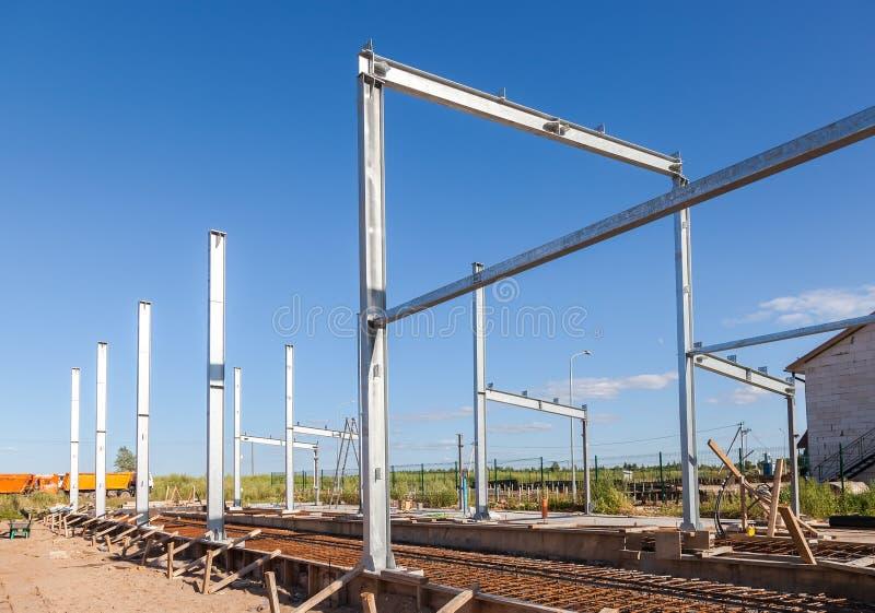 Ereção de estruturas do metal no dia de verão imagens de stock