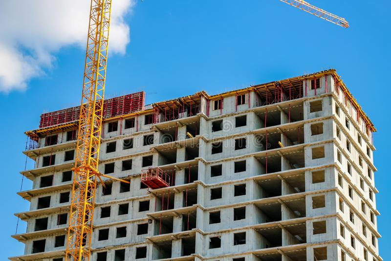 A ereção dos prédios altos de apartamentos imagem de stock
