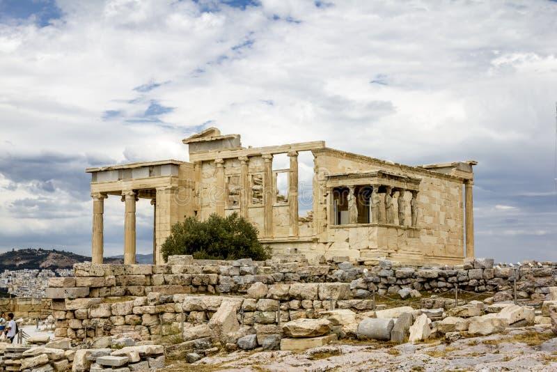 Erechteions-Tempel auf dem Akropolishügel in Athen in Griechenland lizenzfreie stockbilder