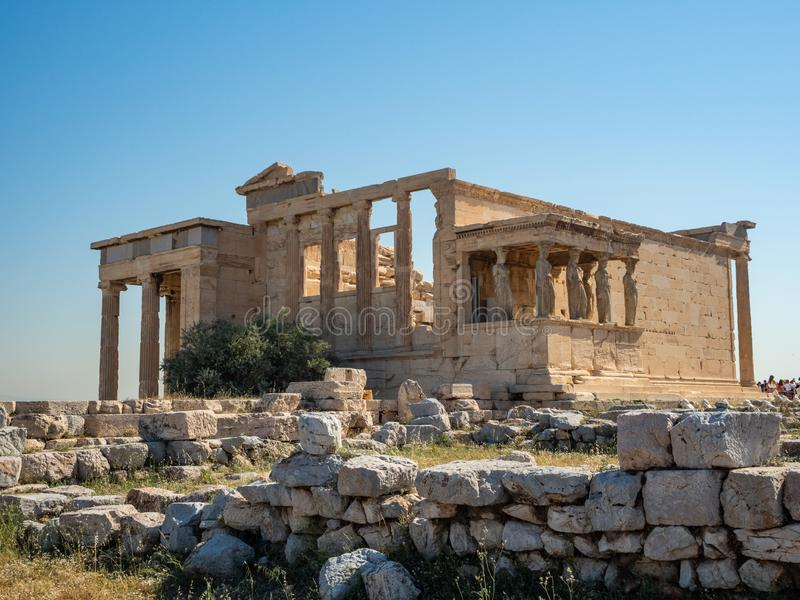 Erechtheion - ένας ναός αρχαίου Έλληνα σκεπαστή είσοδο πρόσοψης και έξι καρυάτιδες, που χτίζονται με προς τιμή την Αθήνα και Pose στοκ φωτογραφία με δικαίωμα ελεύθερης χρήσης