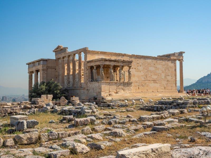 Erechtheion - ένας ναός αρχαίου Έλληνα σκεπαστή είσοδο πρόσοψης και έξι καρυάτιδες, που χτίζονται με προς τιμή την Αθήνα και Pose στοκ φωτογραφία