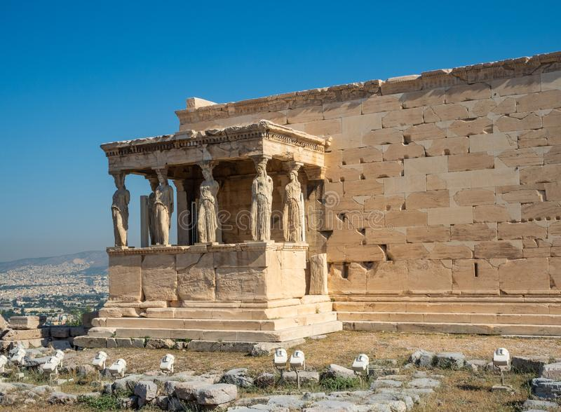Erechtheion - ένας ναός αρχαίου Έλληνα σκεπαστή είσοδο πρόσοψης και έξι καρυάτιδες, που χτίζονται με προς τιμή την Αθήνα και Pose στοκ εικόνες