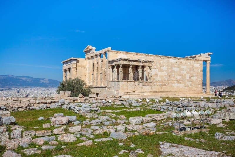 Erechtheion i świątynia Athene przy akropolu wzgórzem w Grecja zdjęcie royalty free