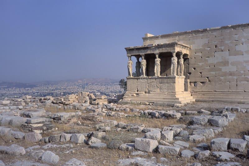 Erechtheion na akropolu z ganeczkiem kariatydy fotografia royalty free