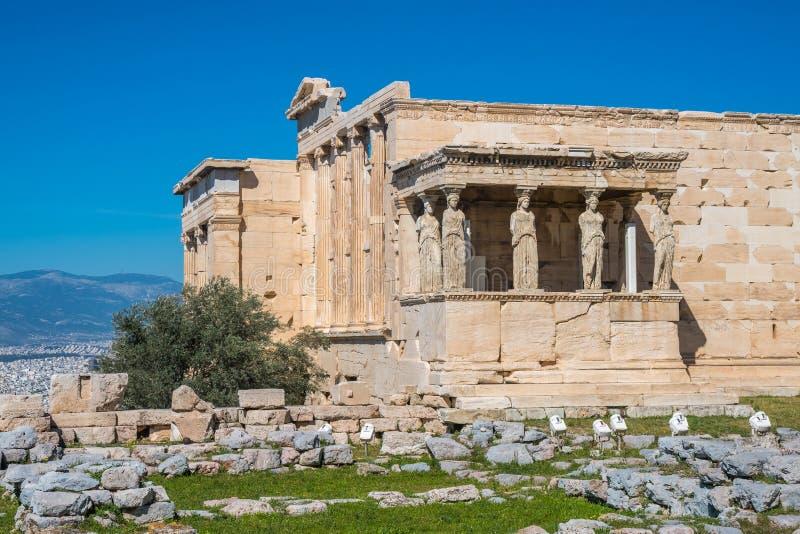 Erechtheion y templo del Athene en la colina de la acrópolis en Grecia foto de archivo