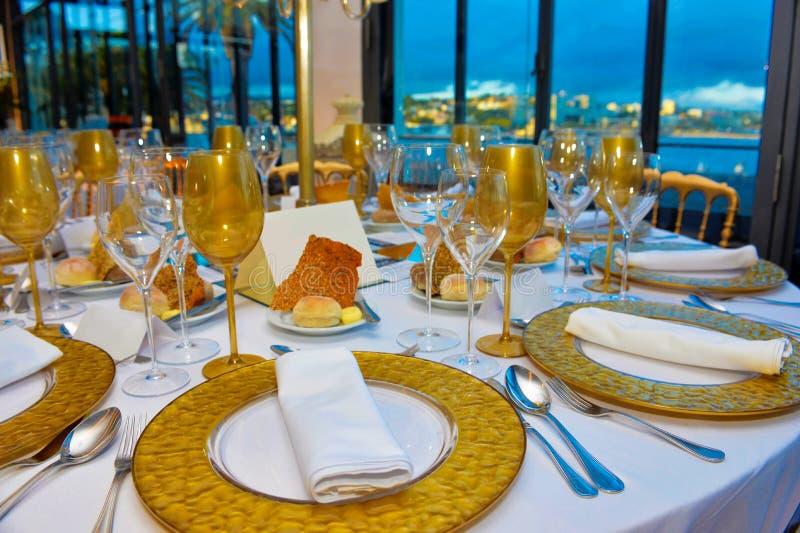 Ereignis-Tabellen eingestellt, Abendessen mit Meerblick, Vortrag-Bankett-Dekoration lizenzfreies stockbild