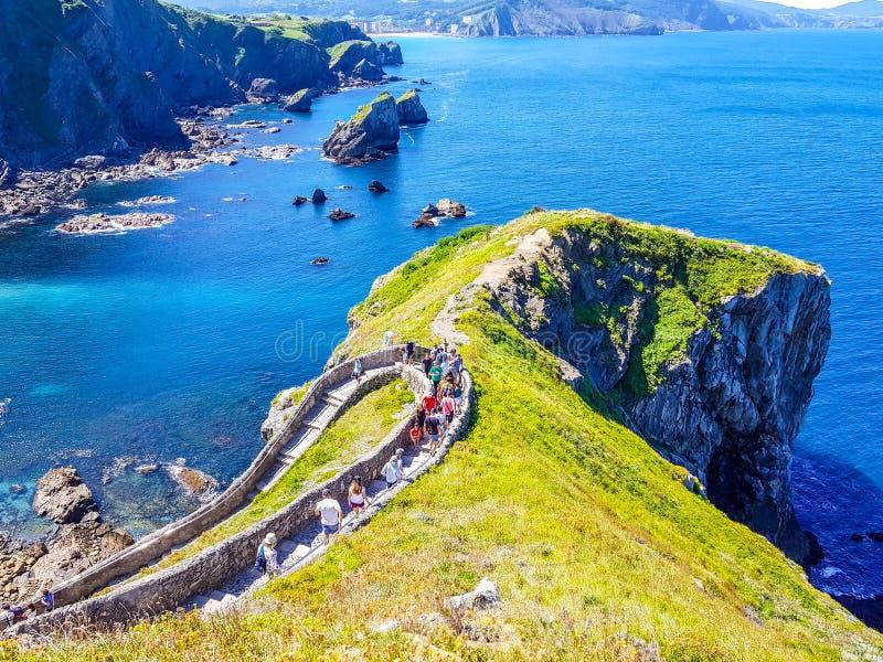 Erem San Juan De Gaztelugatxe przy wierzcho?kiem wyspa Gaztelugatxe Vizcaya, Baskijski kraj (Hiszpania) Widok zdjęcie royalty free