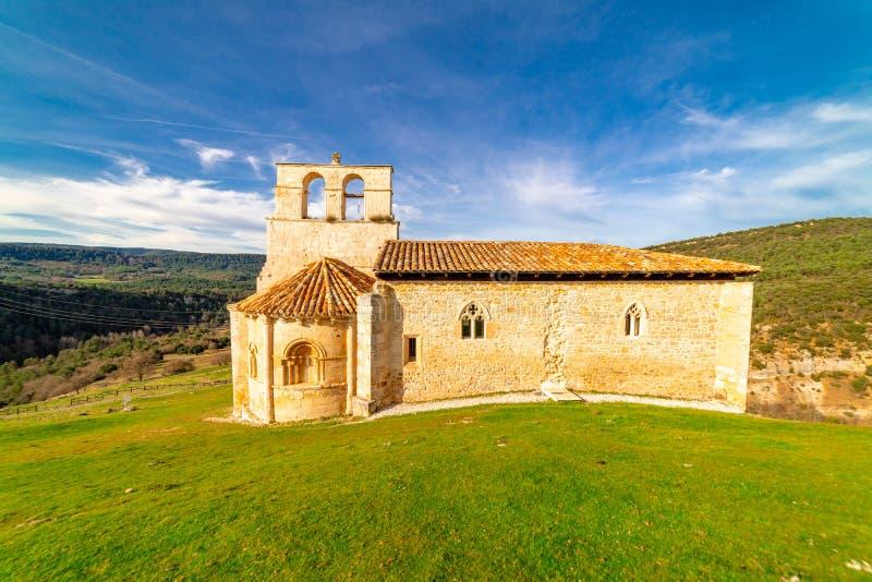 Eremitério românico de San Pantaleon de Losa, da legenda do Santo Graal, na Espanha fotos de stock