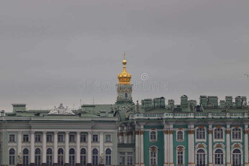 Eremitage με το νεφελώδη ουρανό σε Sankt Πετρούπολη στη Ρωσία στοκ εικόνες
