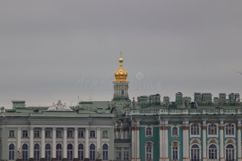Eremitage avec le ciel nuageux dans Sankt Pétersbourg en Russie images stock