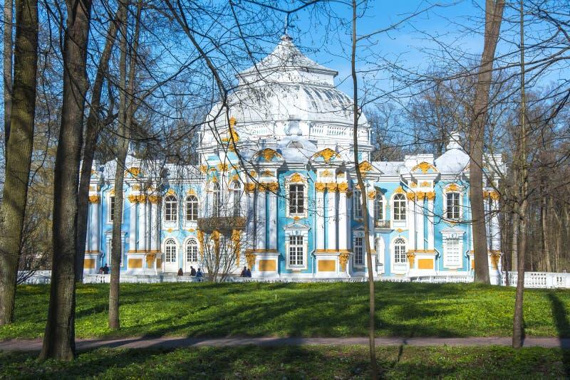 Eremitboningpaviljongen i Catherine parkerar i Tsarskoe Selo, St Petersburg, Ryssland fotografering för bildbyråer