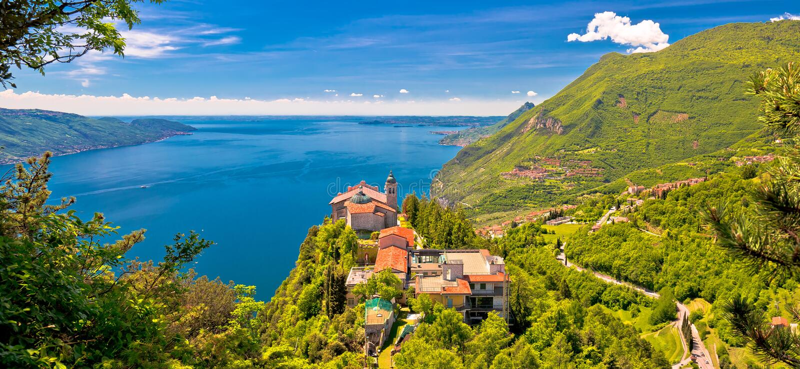Eremo di Madonna di Montecastello sopra Lago di Garda fotografie stock libere da diritti