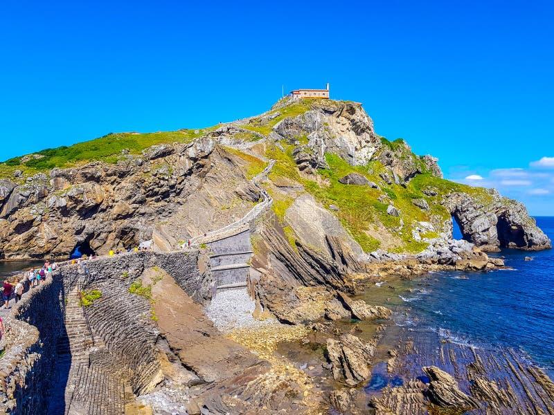 Eremo di San Juan de Gaztelugatxe alla cima dell'isola di Gaztelugatxe E Vista del fotografia stock