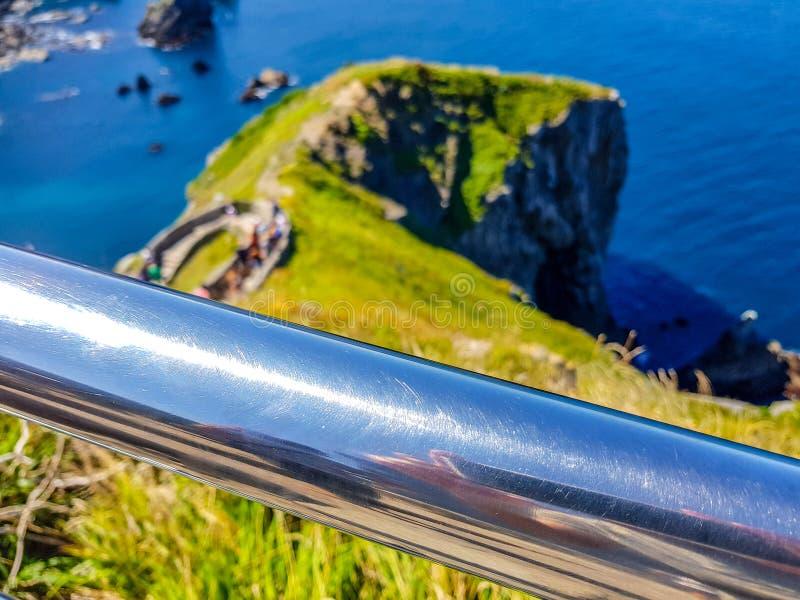 Eremo di San Juan de Gaztelugatxe alla cima dell'isola di Gaztelugatxe Vizcaya, Paese Basco (Spagna) Inferriata cromata fotografia stock libera da diritti