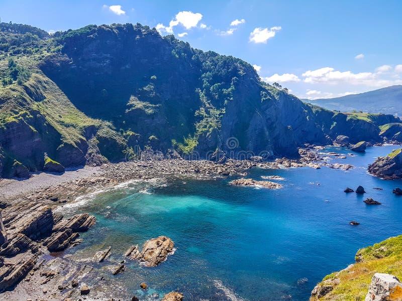 Eremo di San Juan de Gaztelugatxe alla cima dell'isola di Gaztelugatxe Vizcaya, Paese Basco (Spagna) Vista del fotografia stock libera da diritti