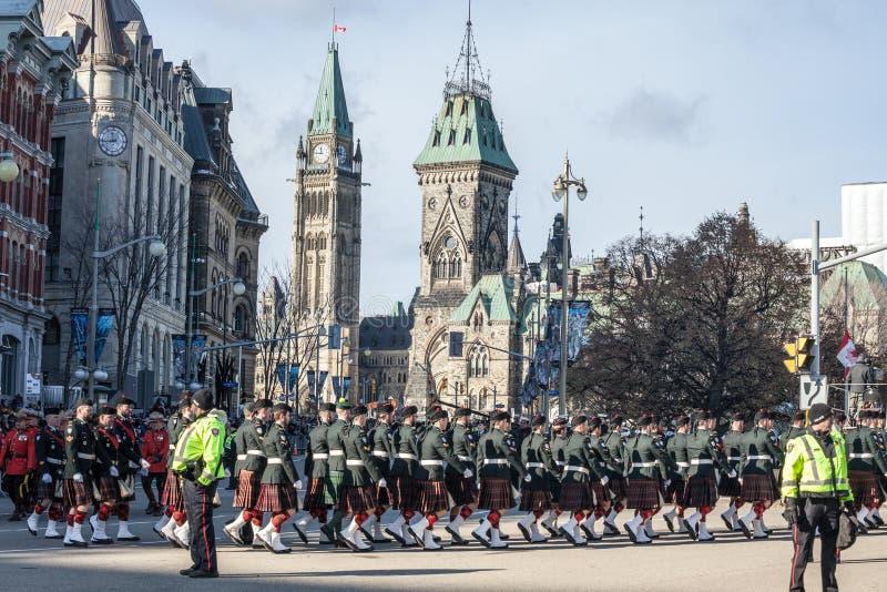 Eremonial vakt av regulatorn General Foot Guards av Kanada, med deras kiltar som st royaltyfri fotografi