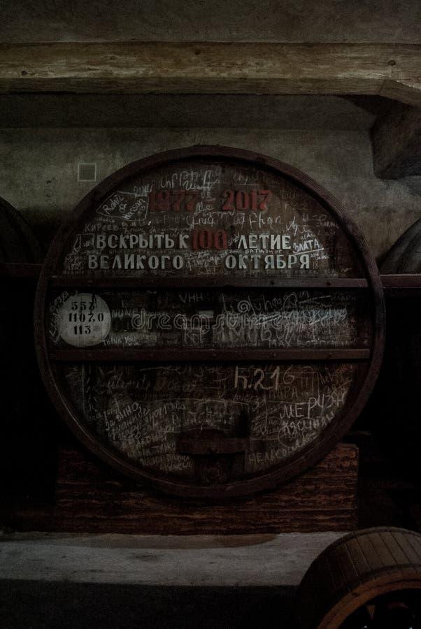 EREVÁN, ARMENIA - 30 DE DICIEMBRE DE 2016: El barril de madera de vino envejecido dedicó al siglo de la gran revolución de octubr foto de archivo