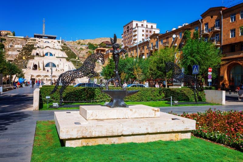 Ereván, Armenia - 26 de septiembre de 2016: La escultura, los caballos y el rabit, situados en el jardín de Cafesjian Art Center imagen de archivo