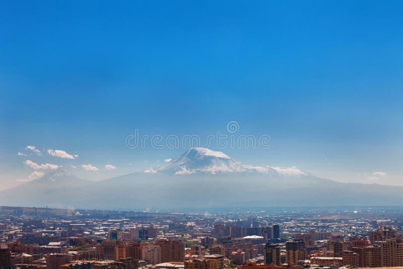 Ereván, Armenia - 26 de septiembre de 2016: Una vista de Ereván del complejo de la cascada en día soleado y opinión sobre Ararat fotografía de archivo libre de regalías