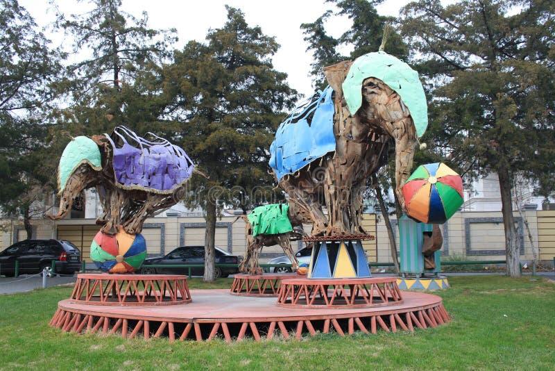 Ereván, Armenia, el 4 de diciembre de 2018 Escena armenia: Nadie, elefantes de la escultura en la arena de hojas del metal oxidad fotos de archivo libres de regalías