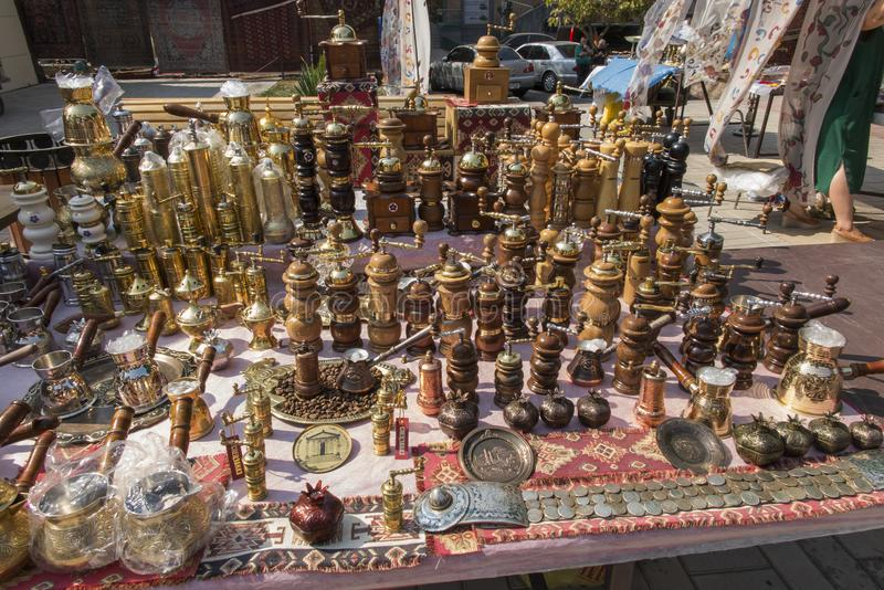 Ereván, Armenia, el 17 de septiembre de 2017: Amoladoras de pimienta en el sta imagen de archivo