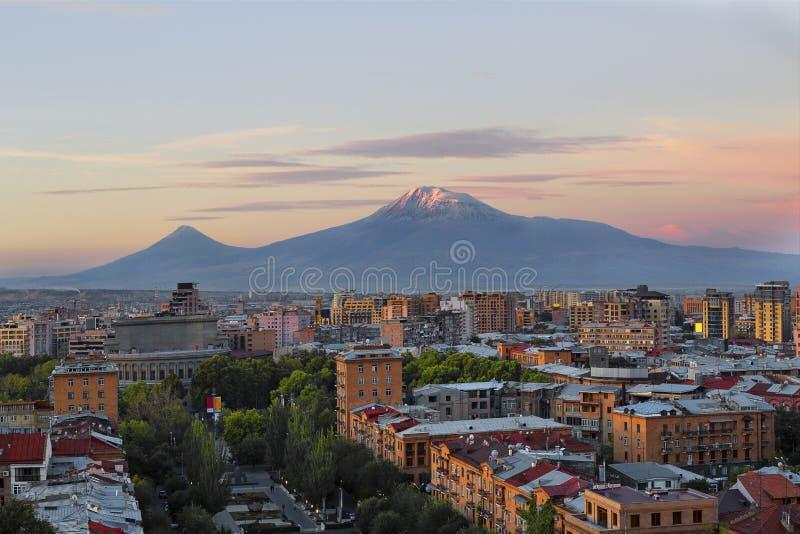 Ereván, capital de Armenia en la salida del sol con los dos picos del monte Ararat en el fondo imagenes de archivo
