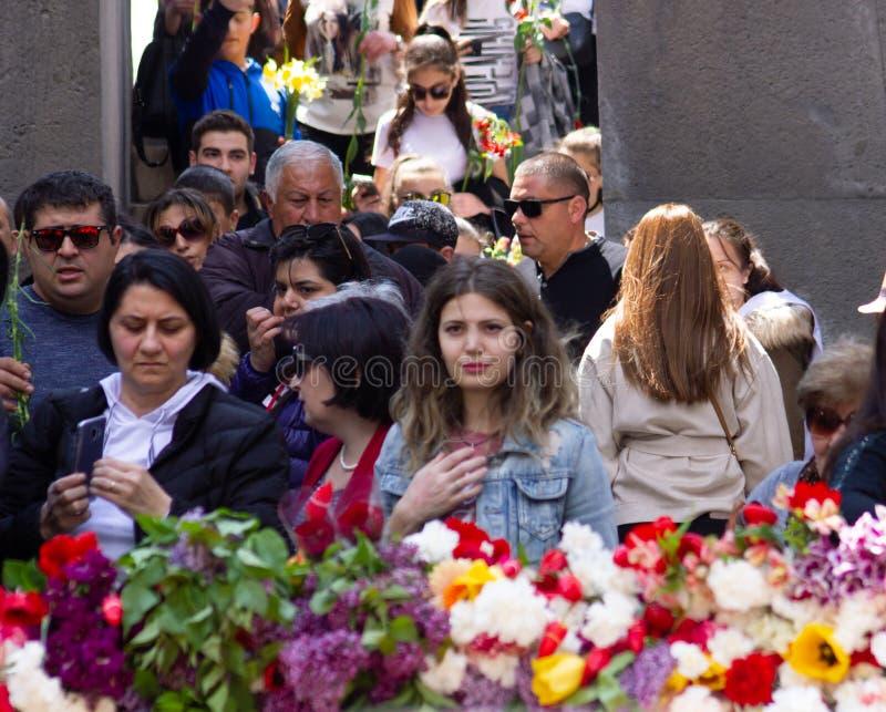 Erev?n, Armenia 24 de abril de 2019 Tiempo armenio Gente armenia que visita el monumento conmemorativo del genocidio armenio en C imágenes de archivo libres de regalías