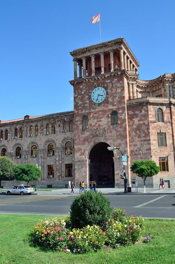 Erevan, Армения, 06,2014 -го сентябрь, сцена Армении: Люди идя около здания правительства на республике придают квадратную форму стоковые изображения rf
