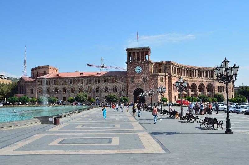 Erevan, Армения, 06,2014 -го сентябрь, люди идя около здания правительства на республике придает квадратную форму стоковые изображения