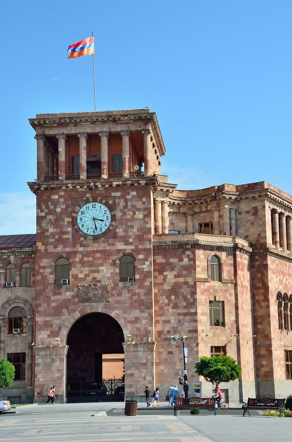 Erevan, Армения, 06,2014 -го сентябрь, люди идя около здания правительства на республике придает квадратную форму стоковые фото