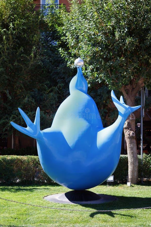 Erevan, Arménie - 26 septembre 2016 : Centre de Cafesjian pour les arts, oiseau bleu de jardin de sculpture en cascade de bonheur photo libre de droits