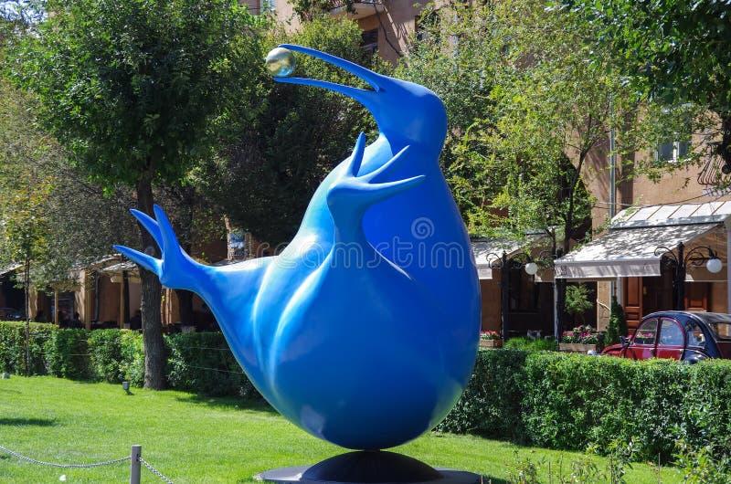 Erevan, Arménie - 14 septembre 2013 : Oiseau bleu de bonheur de photographie stock libre de droits