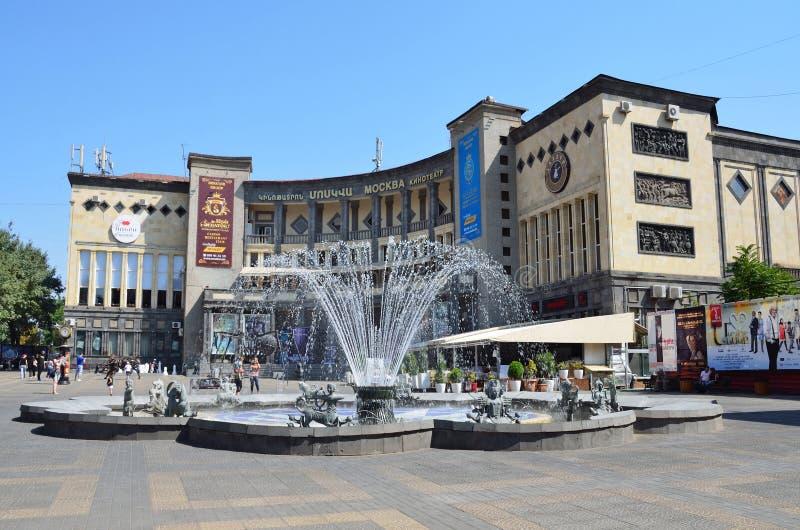 Erevan Armenien, September, 06,2014, Armenien plats: Folk som går nära Moskvabion i Yerevan royaltyfri fotografi