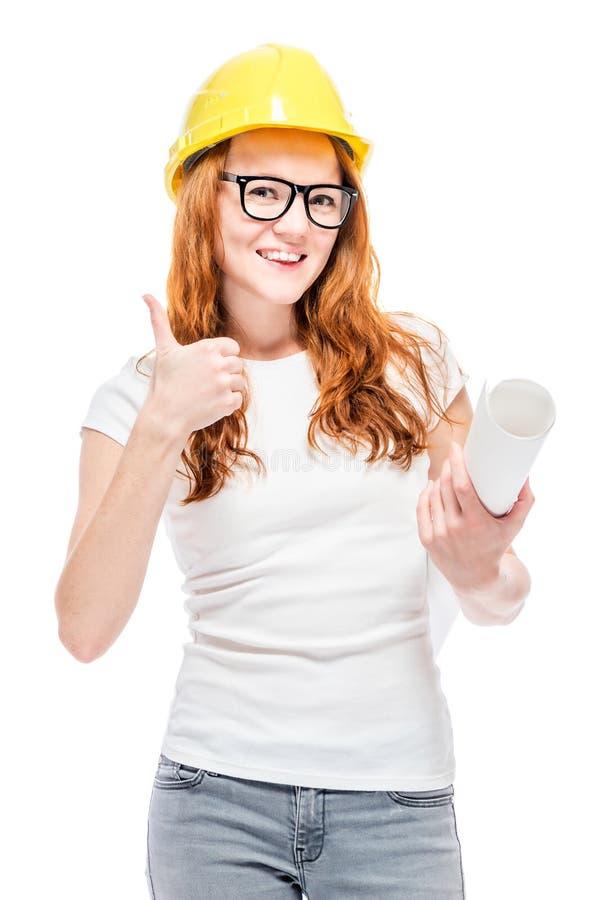 Erfüllte Frau im gelben Sturzhelm mit Plänen lizenzfreie stockfotografie