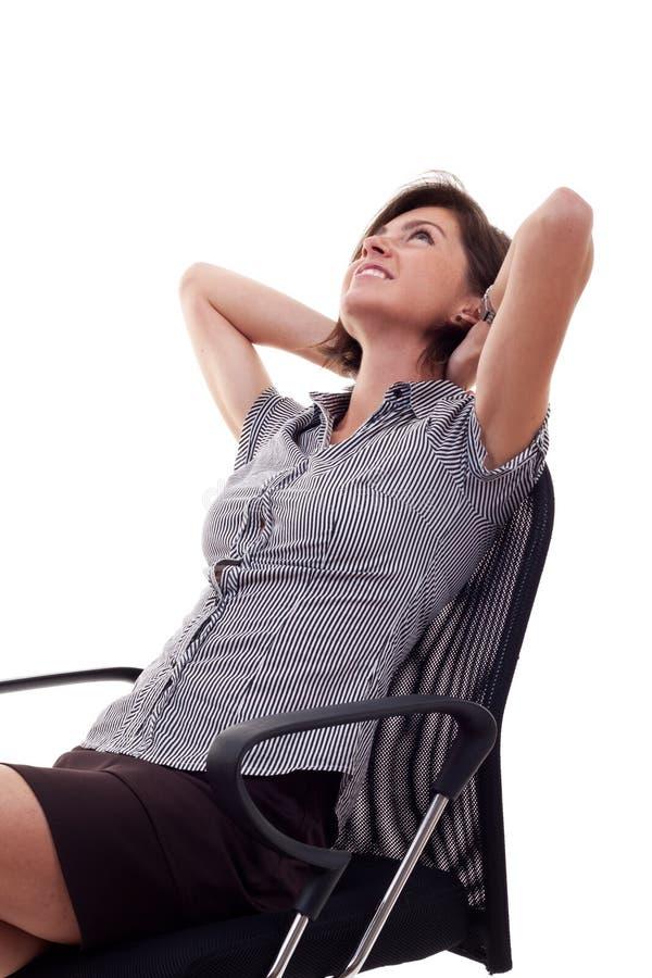 Erfüllte Geschäftsfrau mit den Händen gekreuzt stockfoto