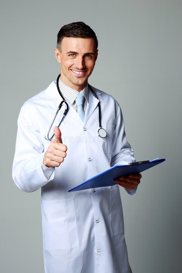 Erfüllte männliche Doktorstellung lizenzfreie stockfotografie