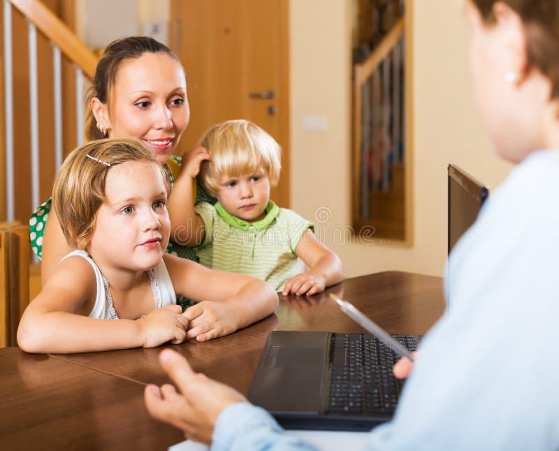 Erfüllte Mutter, die Hypothekendetails vereinbart stockbilder
