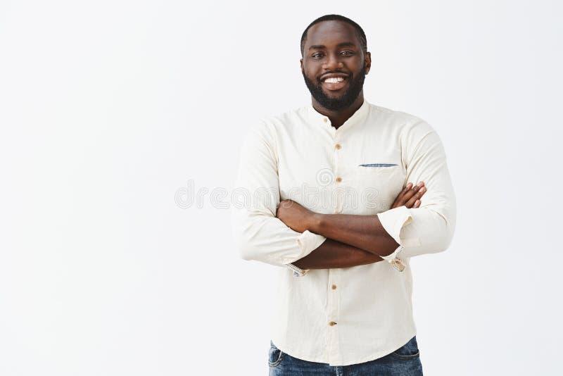 Erfüllter Afroamerikanermann mit dem Bartschauen und großem Ergebnis der persönlichen Bemühungen, seiend erfreut und glücklich ha lizenzfreie stockbilder