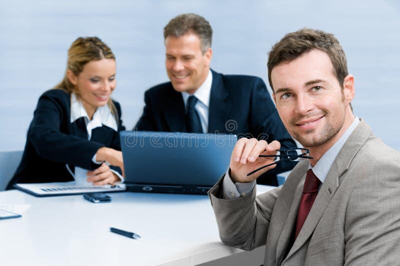 Erfüllter Geschäftsmann mit Kollegen stockfotos