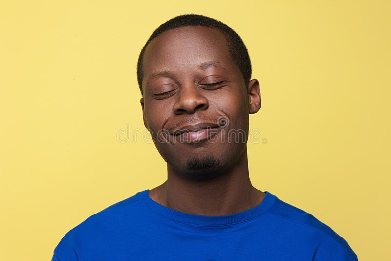 Erfüllter junger schwarzer Mann Glücklicher Stimmungshintergrund stockbilder