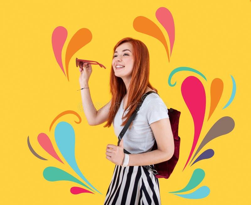 Erfüllter lächelnder Designer beim Betrachten der hellen Farben lizenzfreies stockfoto