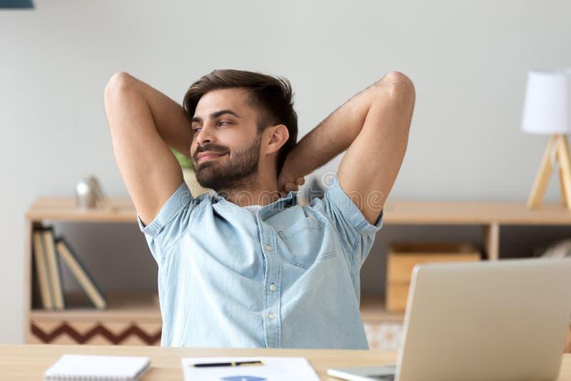 Erfüllter Student, Entspannungszurück sich lehnen des Geschäftsmannes nach Endarbeit stockfotografie