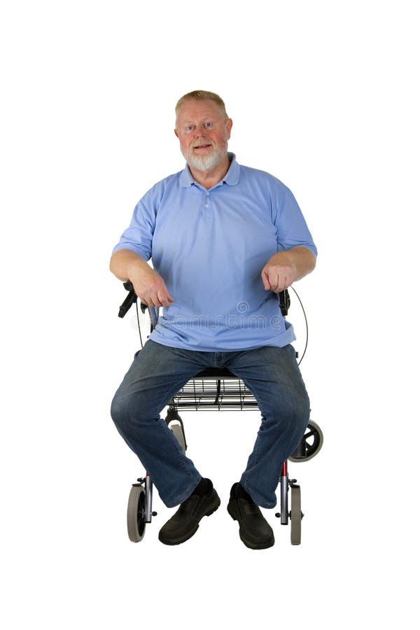 Erfülltes älteres Sitzen auf Wanderer lizenzfreies stockfoto