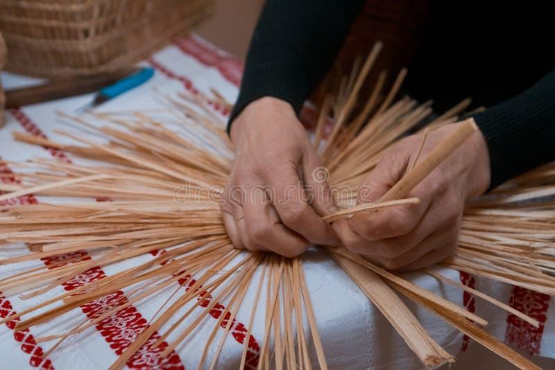 Erfahrene Frau flicht eine Strohtasche an der ethnographischen Vorlagenklasse, traditionelle Handwerkskunst, Vinnytsia, Ukraine,  stockfotografie