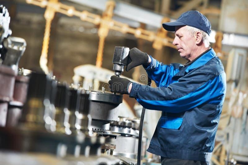 Erfahrene industrielle Assemblerarbeitskraft stockfoto
