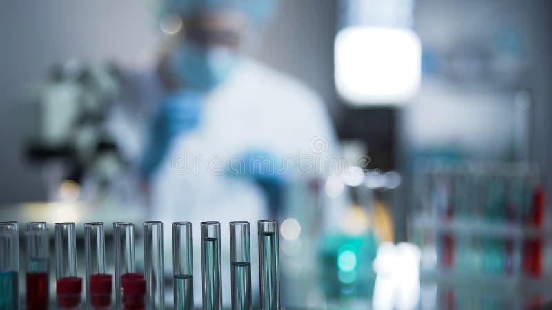 Erfahrene Virologen, die Siebung von Flüssigkeitsproben leiten, um Impfstoff zu erfinden lizenzfreies stockfoto